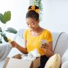 Jeune femme surprise d'un cadeau surprise and delight d'un programme de fidélisation