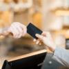 Client donnant sa carte de fidélité au caissier